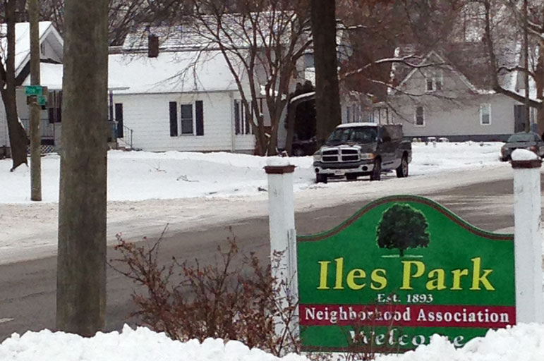 Iles Park Neighborhood Association welcome sign near S Grand and 7th Street